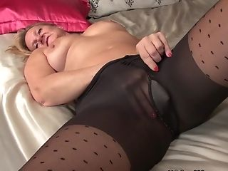 Yankee Cougar Veronica Likes Dildoing Her Vag